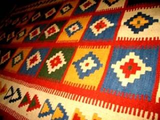 キリムのソファー前シラズジュウタンキリム8067