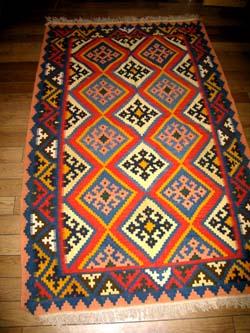 キリムじゅうたんのソファー前シラズ3553