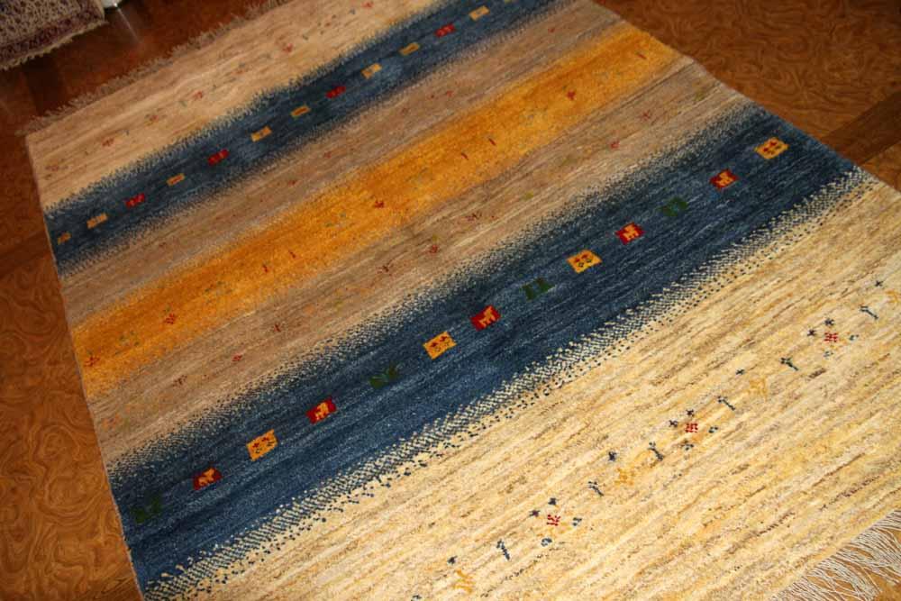 手織りペルシャギャッベの明るい色彩ソファー前ラグ19210