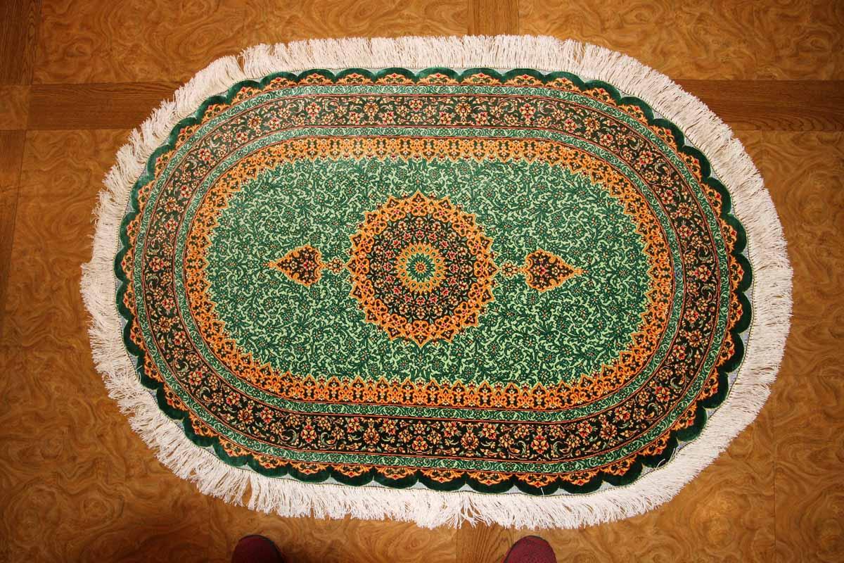 楕円形シルク手織りペルシャ絨毯、とても綺麗なグリーン色440160