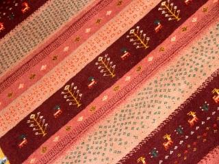 とても可愛いピンク色のギャッベソファー前410200