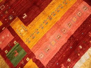 手織りペルシャギャッベカラフルな色彩ソファー前1928