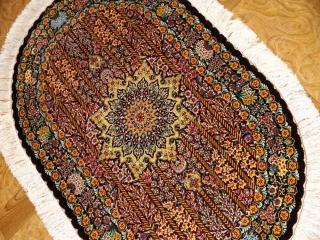 楕円形シルク手織りペルシャ絨毯、クム産モハラマトデザイン60031