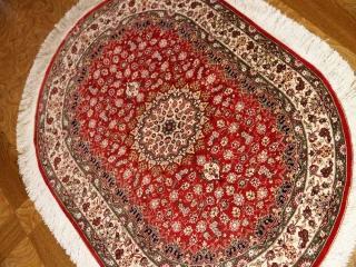 楕円形手織りペルシャ絨毯、クムシルクメダリオン60034