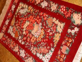 赤い花の絨毯手織りクムペルシャ50025