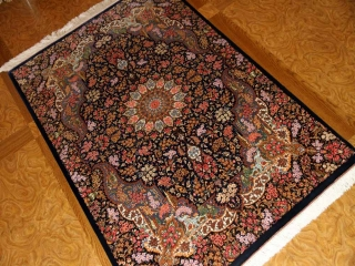 ペルシャ絨毯クムシルクのセンターラグ、メダリオンデザイン60028