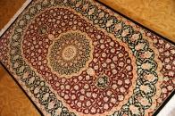 赤い玄関マットクムの手織りペルシャシルク50065