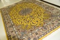 珍しいカシャーンシルクの手織りペルシャ絨毯黄色555995