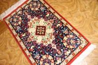 小さいクムシルクの手織りペルシャ絨毯45487